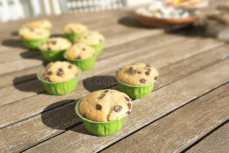 Hemlagade muffin med naturprodukter arkivbild