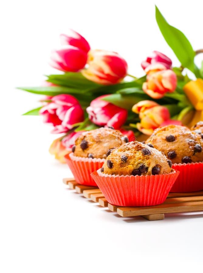 Hemlagade muffin med vårtulpan fotografering för bildbyråer