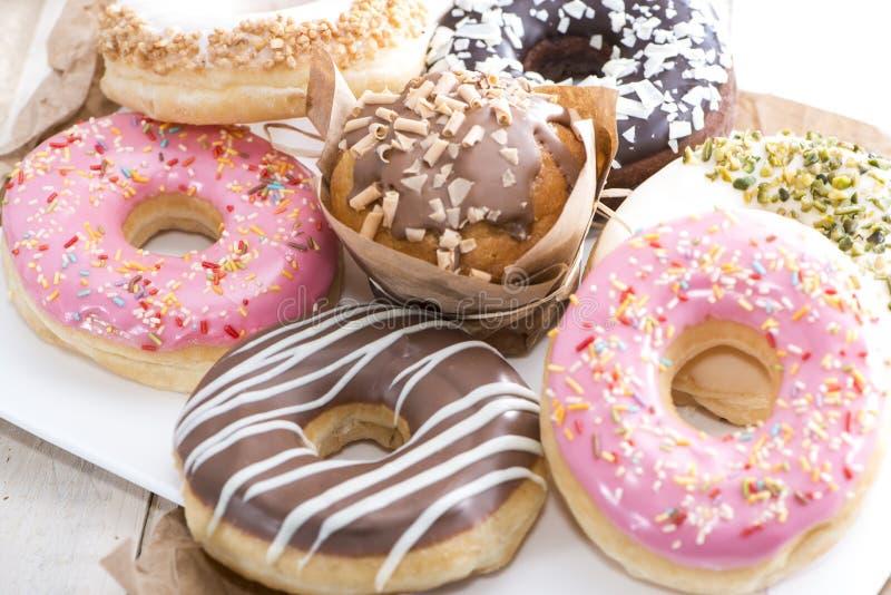 Hemlagade muffin och Donuts fotografering för bildbyråer