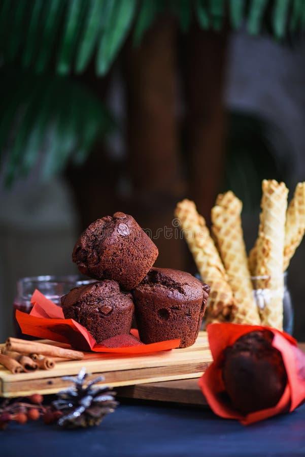 Hemlagade muffiner med choklad arkivfoto