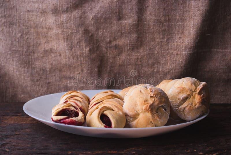 Hemlagade organiska Berry Pie med bl?b?r och bj?rnb?r p? tr?bakgrund royaltyfria bilder