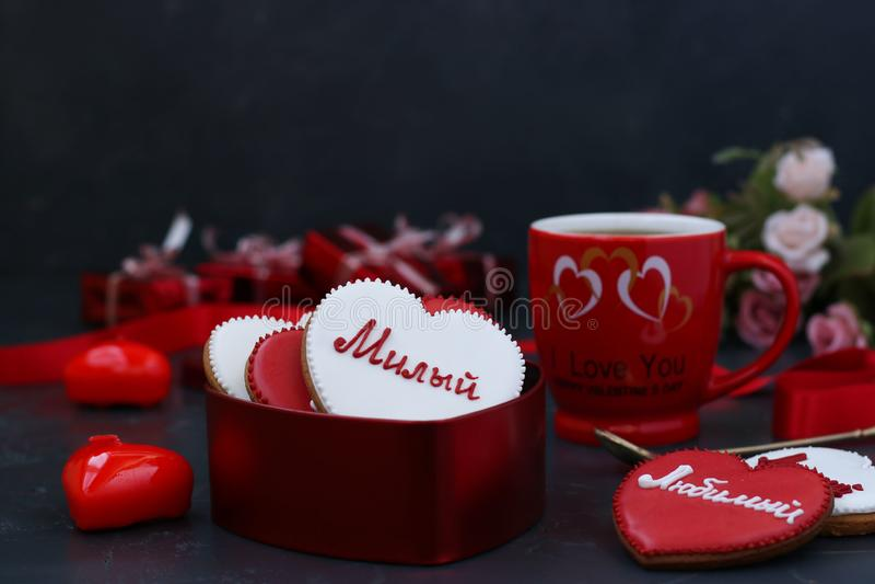 Hemlagade pepparkakakakor för valentin dag fotografering för bildbyråer