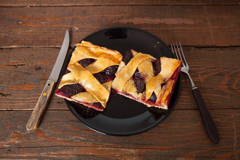 Hemlagade Plum Pie Slices arkivbild