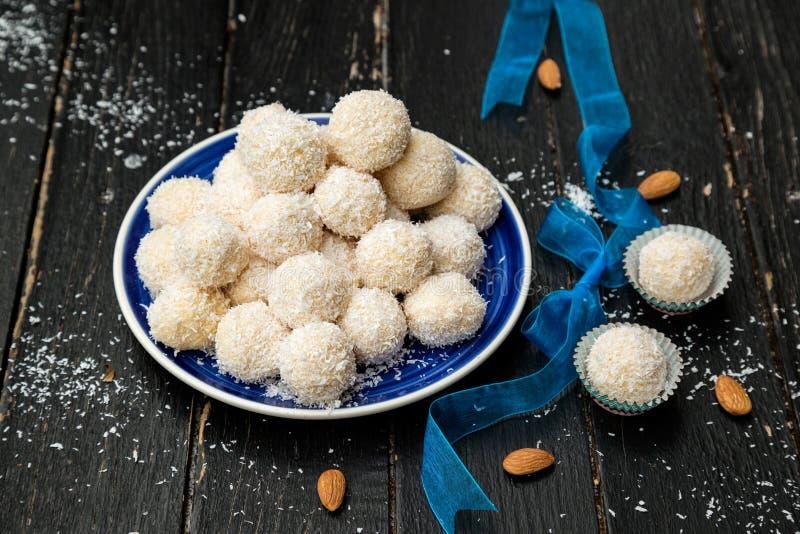 Hemlagade Raffaello Sweets - kokosnötbollar arkivfoton