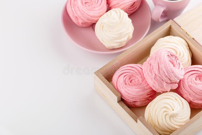 Hemlagade rosa färger och vitsefir eller marshmallow i ask royaltyfri fotografi