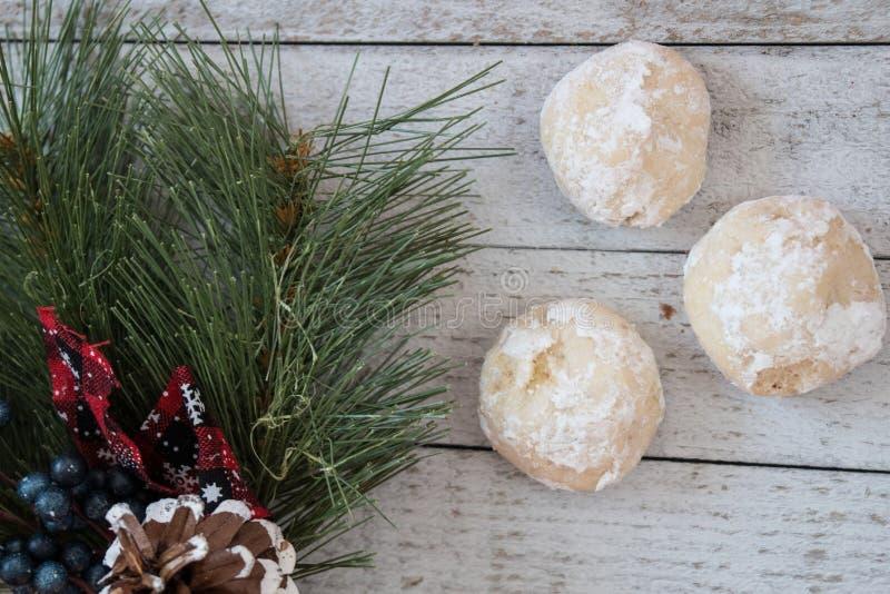 Hemlagade ryska tekakor också som är bekanta som mexicanska gifta sig kakor, julbakgrund royaltyfri bild