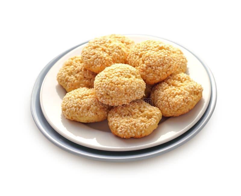 Hemlagade söta kakor med sesamfrö som isoleras på vit backg arkivbild