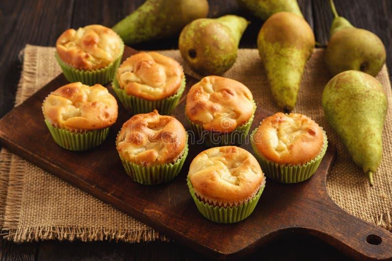 Hemlagade söta muffin med päronstoppning arkivfoton