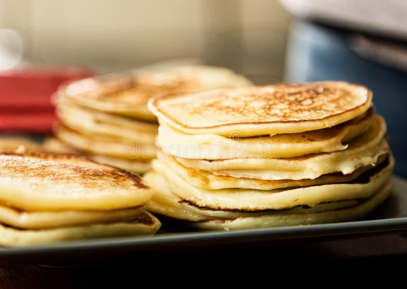 Hemlagade söta pannkakor med fruktdriftstopp på en vit platta Frukosten med bunten överträffade blåbärdriftstopp och valnötter arkivbild