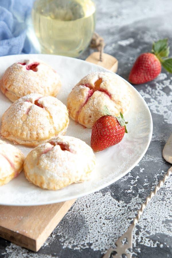 Hemlagade små jordgubbepajer arkivfoto