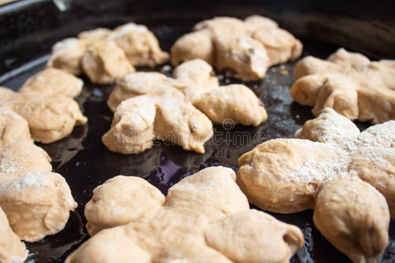 Hemlagade smakliga bullar med muttern strilar Bakelse med hemlagade bakelser Baka hemlagade kakor och muffin med muttrar arkivbild