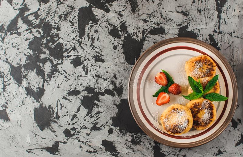 Hemlagade traditionella ukrainska och ryska ostkakor, bästa sikt sund mat royaltyfria bilder