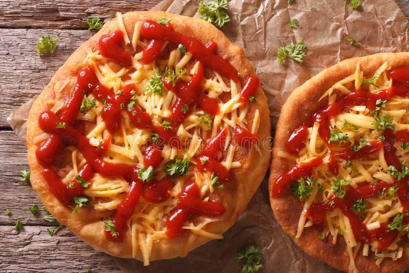 Hemlagade ungerska langos med ost- och ketchupnärbild Hori arkivfoto