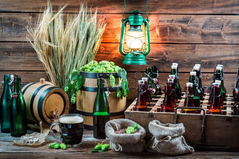 Hemlagat öl som åldras i källaren royaltyfri foto