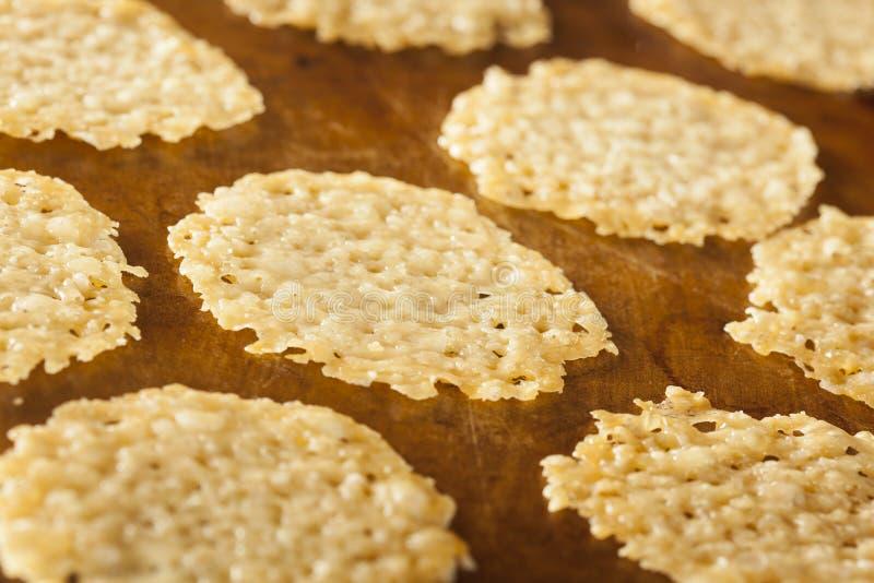 Hemlagat bakat chips för parmesanost royaltyfria bilder