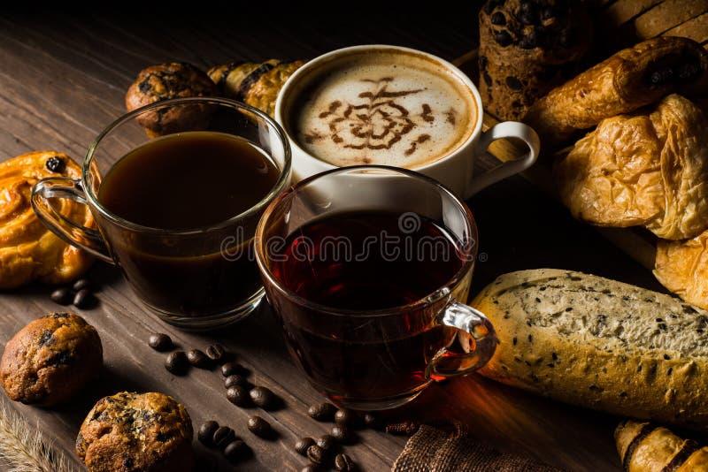 Hemlagat bröd består av skiva och bullen, franskbröd, muffin och giffel med kaffebönor i hampapåse och varmt te och fotografering för bildbyråer