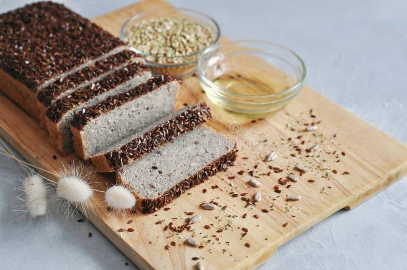 Hemlagat bröd för sund och riktig frukost på sourdough av grön bovete med linfrö, solros Rå och strikt vegetarianmat royaltyfria foton