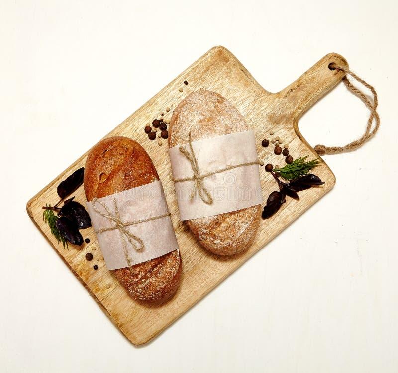 Hemlagat bröd med örter royaltyfri foto