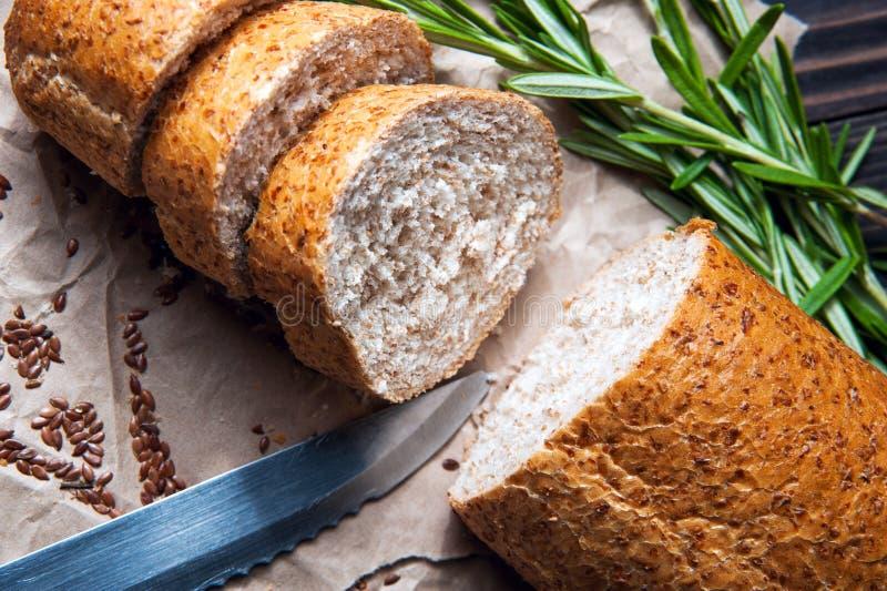 Hemlagat bröd med örter på matlagningpapper royaltyfria bilder