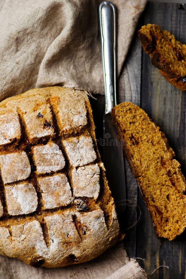 Hemlagat bröd med kli arkivfoto