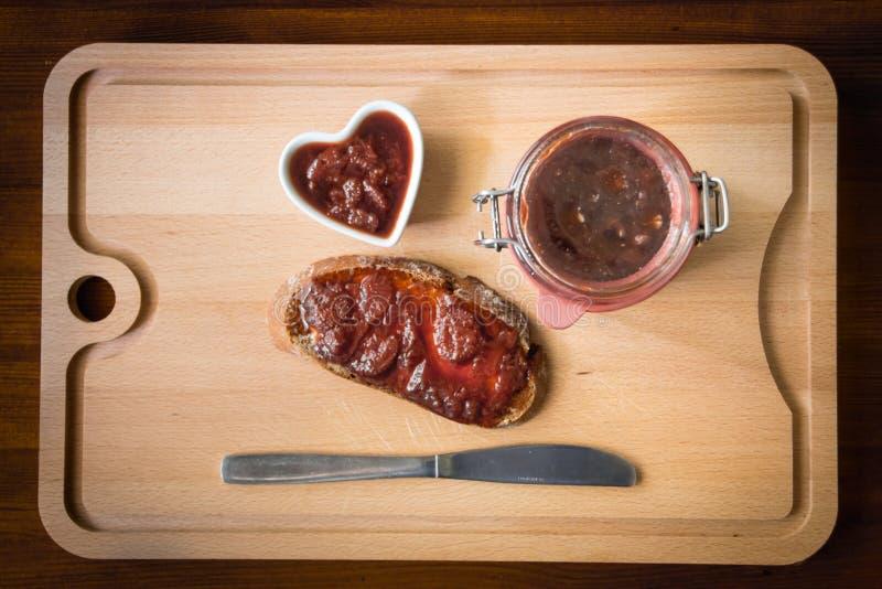 Hemlagat driftstopp med bröd och en kniv royaltyfri foto