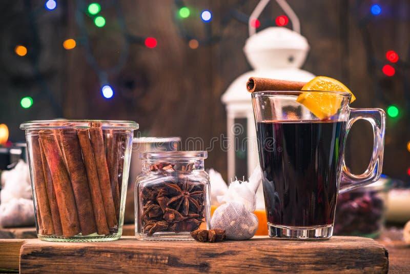 Hemlagat festligt funderat vin som värme på vinterdagar arkivbilder