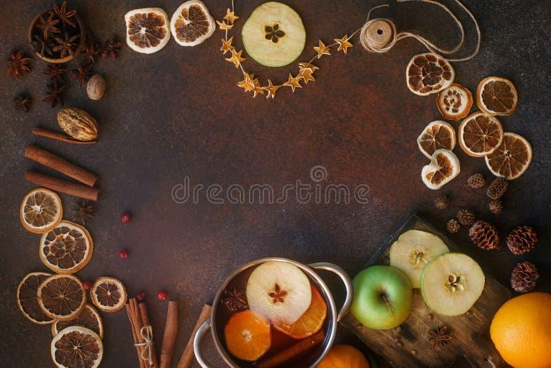 Hemlagat funderat vin med apelsinen, äpplet och kryddor i alluminiumeldfast form på ljus konkret bakgrund Jul varm drink, överkan fotografering för bildbyråer