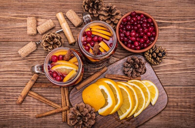 Hemlagat funderat vin med orange skivor, tranbär, kanel royaltyfria bilder