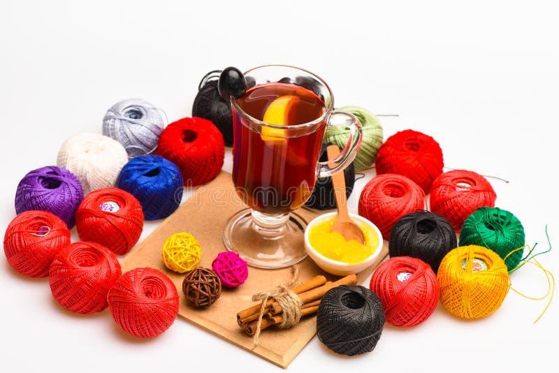 Hemlagat funderat vinbegrepp Exponeringsglas med funderat vin som omges med clews av garn eller rad Exponeringsglas med funderat  royaltyfri bild