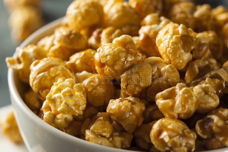 Hemlagat guld- karamellpopcorn royaltyfri fotografi