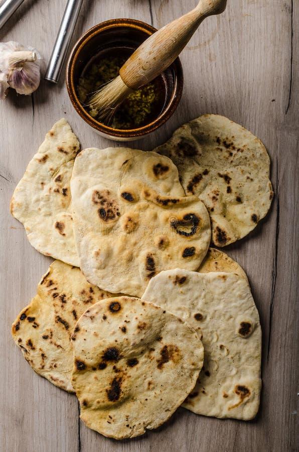 Hemlagat indiskt naan bröd royaltyfri foto