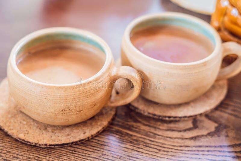 Hemlagat indiskt sött masalate Kryddor - kardemumma, kanel, ingefära fotografering för bildbyråer