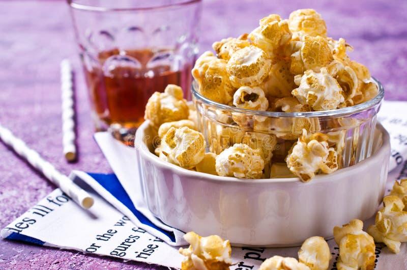 Hemlagat karamellpopcorn royaltyfria foton