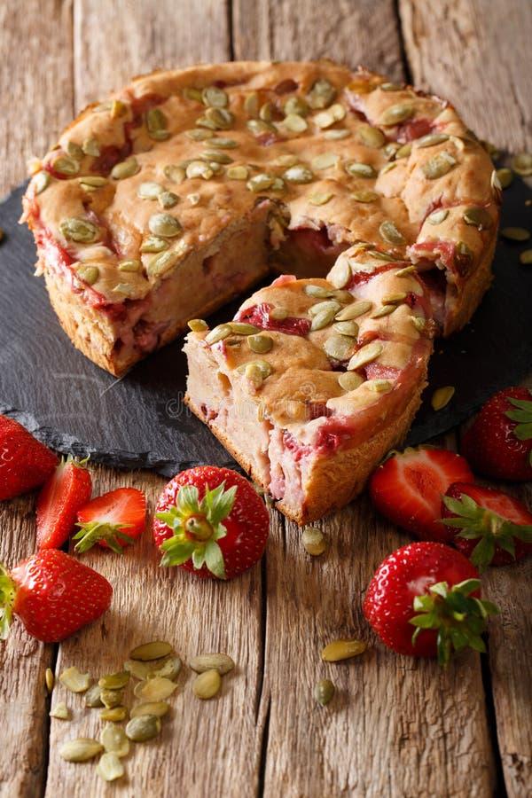 Hemlagat läckert bärbröd med jordgubbar och pumpa ser royaltyfri fotografi
