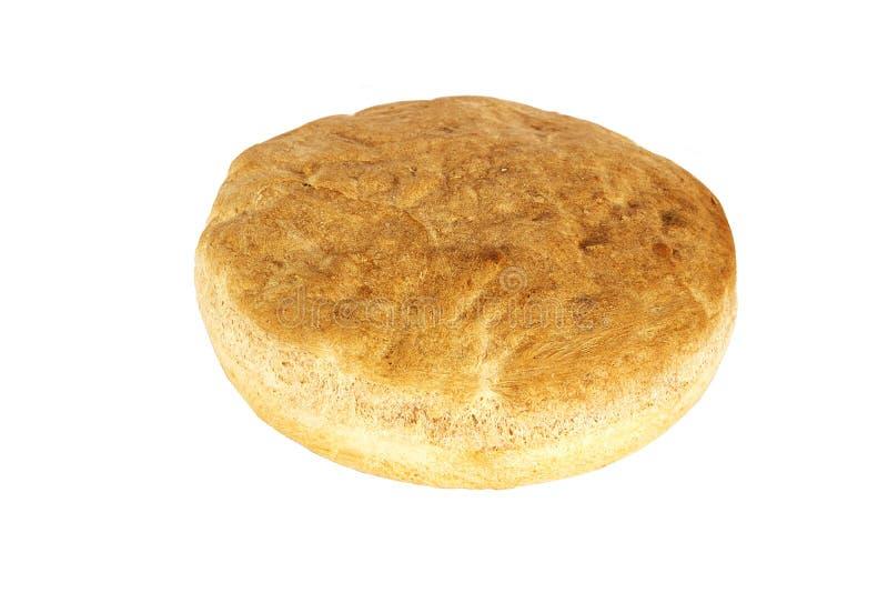 Hemlagat lantligt nytt bröd som isoleras på vit bakgrund Lantligt runt bröd på en vit bakgrund fotografering för bildbyråer