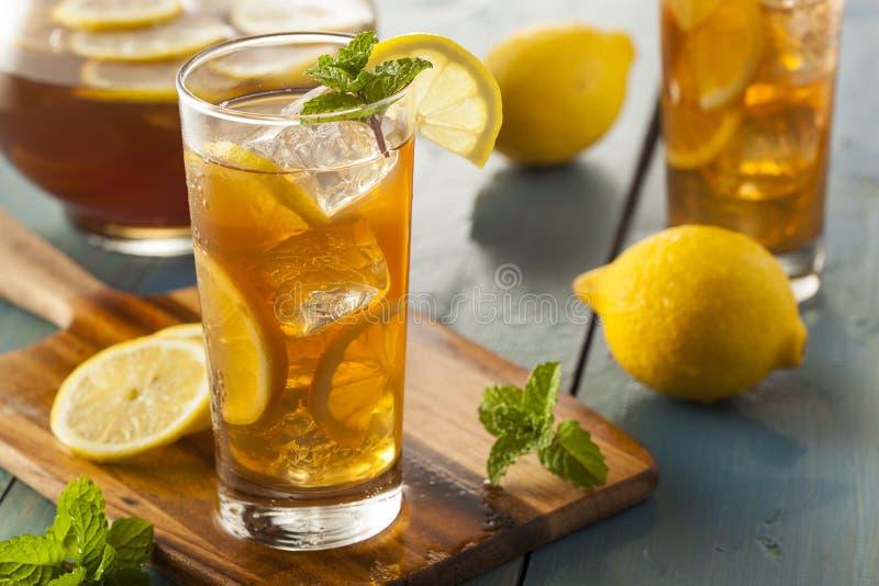 Hemlagat med is te med citroner royaltyfria foton