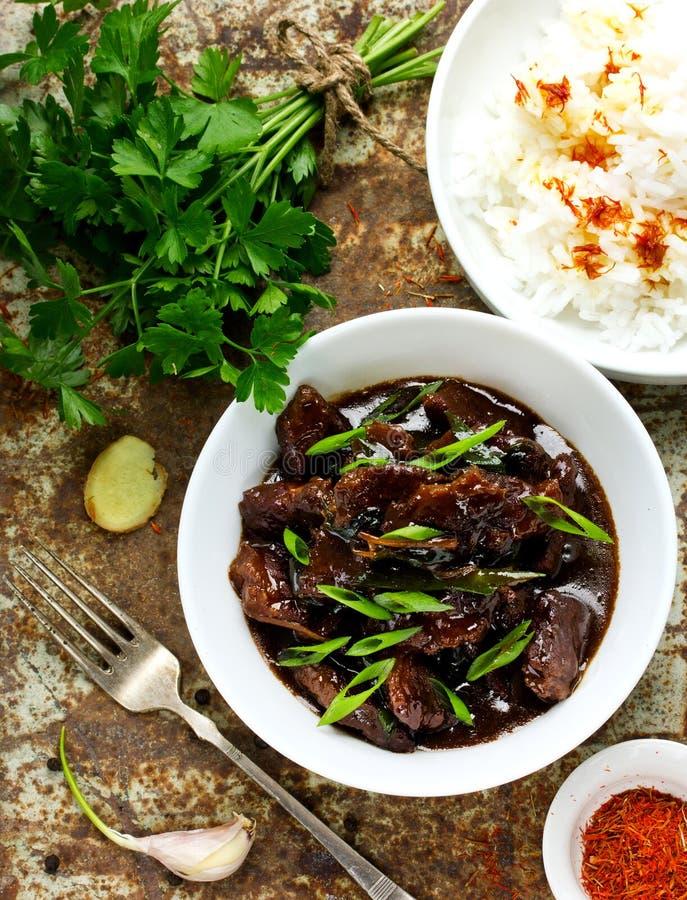 Hemlagat nötkött som lagas mat i en traditionell asiatisk stil på gammal metall b royaltyfri bild