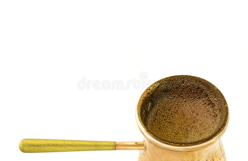 Hemlagat nytt lagat mat starkt kaffe i den turkiska mässingscezvekrukan på vit bakgrund royaltyfri fotografi