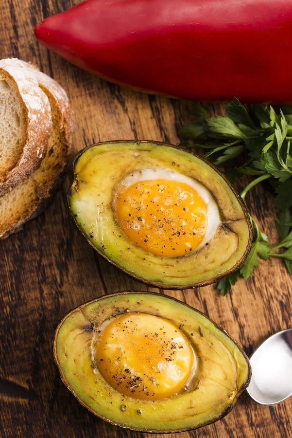 Hemlagat organiskt ägg som bakas i avokado royaltyfria bilder