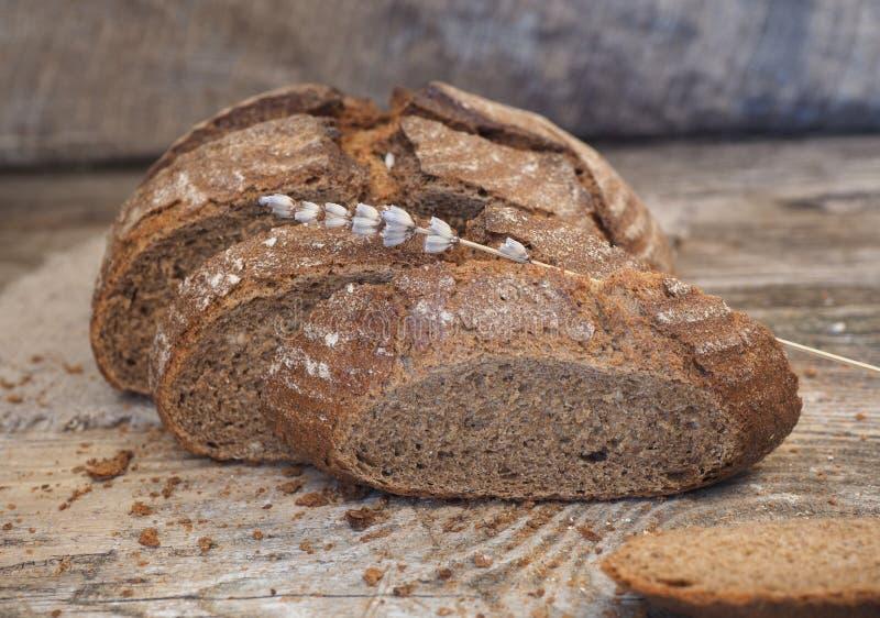 Hemlagat osyrat bröd som göras från råg- och vetemjöl arkivbild