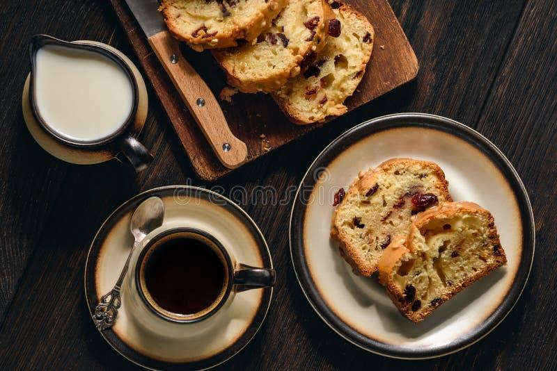 Hemlagat sött bröd släntrar med tranbär och vit choklad arkivbild