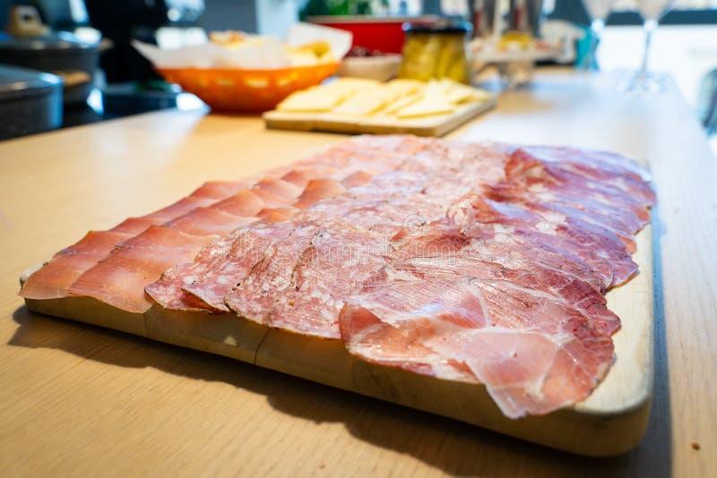 Hemlagat snitt av salami, skinka och fläcken royaltyfri fotografi