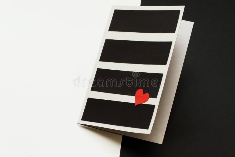 Hemlagat valentin dagkort på att kontrastera bakgrund Röd hjärta mot bakgrund av contrastingly att växla som är vitt, och blac arkivbild