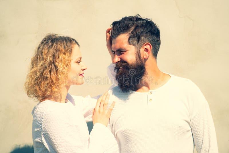 Hemlig fantasi Sväll varandra med ömhet och intimitet Grattis på att ha kul Unga par royaltyfri bild