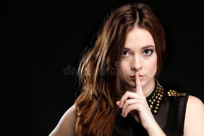 Hemlig kvinna. Tecken för tystnad för flickavisninghand royaltyfria bilder
