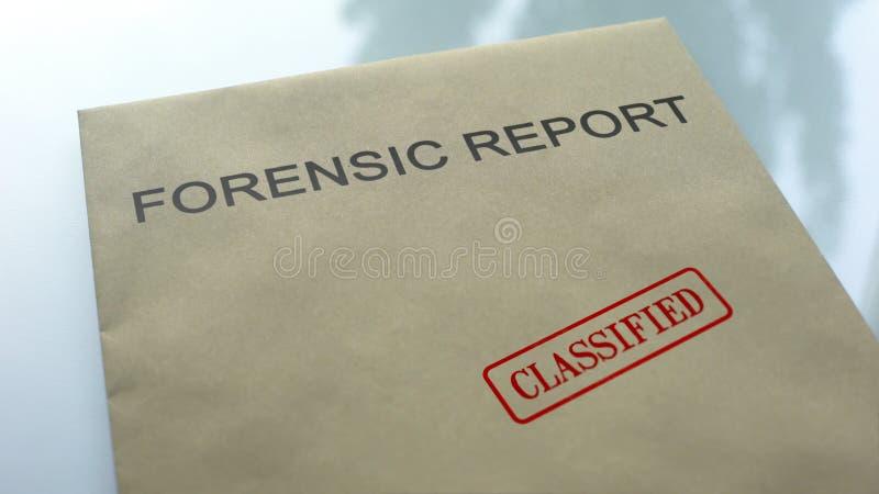 Hemlig rättsmedicinsk rapport, skyddsremsa som stämplas på mapp med viktiga dokument arkivbilder