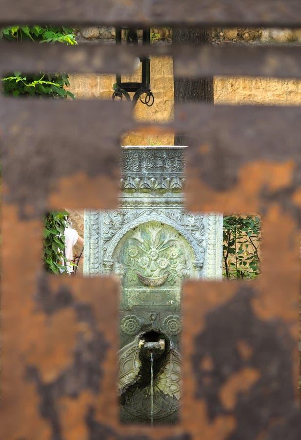 Hemlig springbrunn i gammal stad av Rhodes royaltyfri bild