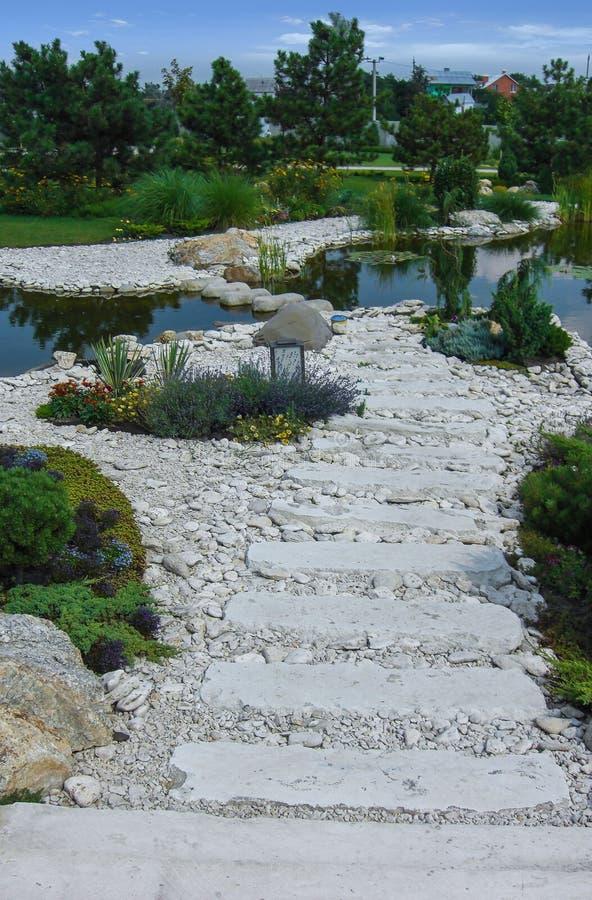 Hemliga hörn av den privata trädgårds- designen arkivbild