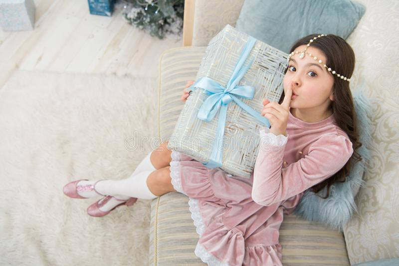Hemligheten Ett litet barn förbereder en hemlig gåva Håll fingret på läpparna Hush-gest Be om tystnad arkivfoto