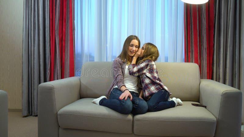 Hemligheter för kommunikation för lyckliga ögonblick för familj kvalitets royaltyfri bild
